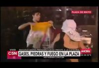 Horda de Feminazis Atacan a un Joven por Tener una Bandera Catolica.-